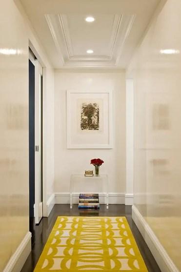 Bianco-corridoio-con-un-soffitto-incasso