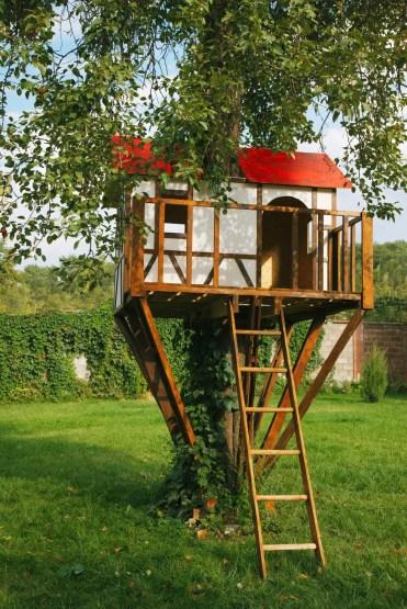 Carina-piccola-casa-sull'albero-per-bambini-nel-cortile-senza-royalty-image-177436391-1567115419