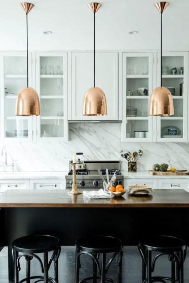Cucina-sospensione-illuminazione-ottone-industriale-moderna-decorazione-idee-marmo-paraschizzi-bianco-cucina-arredare meglio-bibbia-blog-lampade