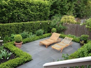 Privacy-protection-hedge-garden-design-terrace-wooden-chairs