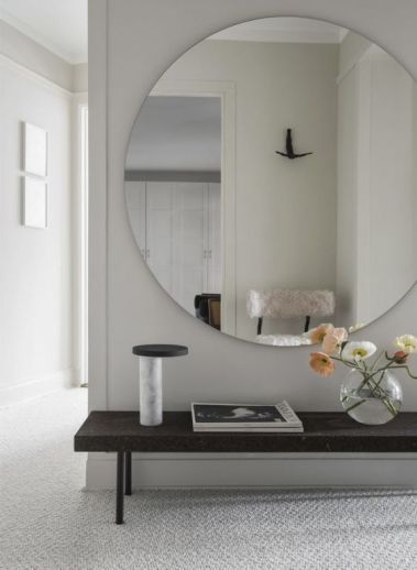 04-a-large-scale-round-mirror-with-no-frame-looks-fresh