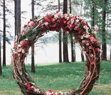 Rustic-floral-wedding-wreath-idea