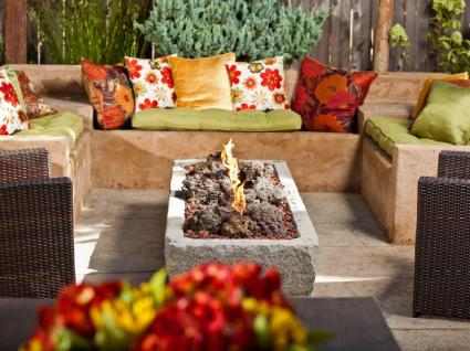 29-boho-backyard-fireplace-design-homebnc