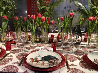 Red-dining-table-accents