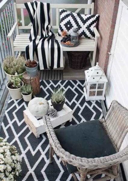 Balkon-herbstlich-dekorieren-beispiel-schwarz-weiss-outdoor-teppich-kissen