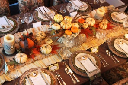 Beautiful-thanksgiving-table-centerpiece-ideas-with-cool-fruits-and-leaves-arrangement-as-natural-decor-700x466-1