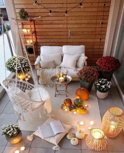 Cozy-fall-and-halloween-balcony-ideas-for-your-apartment