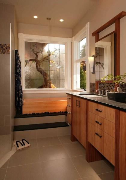 Schöner-Baum-in-Buntglas-verleiht-diesem-modernen-asiatischen-Badezimmer-visuelle-Brillanz-39840