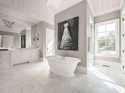 Schwarz-weißes-wandkunstwerk-passt-in-das-farbschema-dieses-monochromatischen-badezimmers-97000