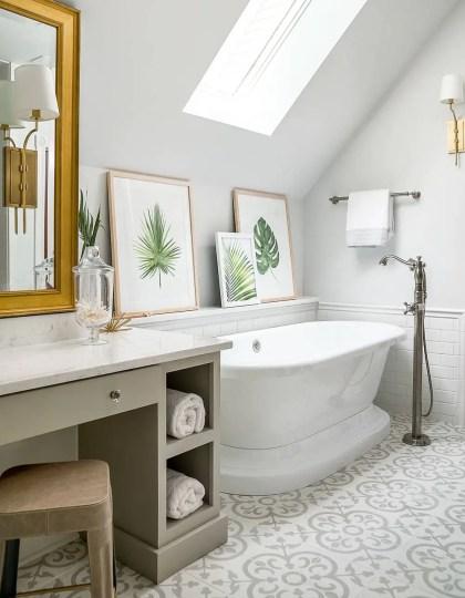 Genialer-Einsatz-von-gerahmten-Pflanzenprodukten-auf-einem-Vorsprung-neben-der-freistehenden-Badewanne-im-umgestalteten-Dachbodenbad-58260