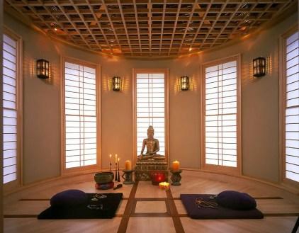 Lichtdesign-der-Decke-und-der-Fenster-kreiert-ein-wunderbares-Ambiente-in-diesem-Meditationsraum