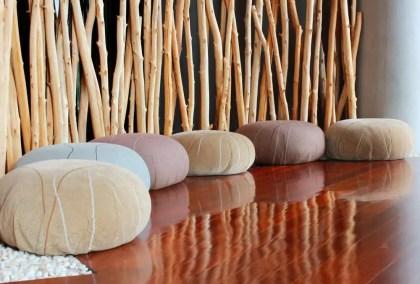 Holzboden-für-Meditationsraum-ausgekleidet-mit-Kissen