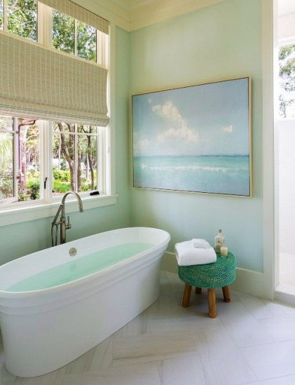 Elegante-Küstenbadezimmer-Idee-mit-Kunst-1