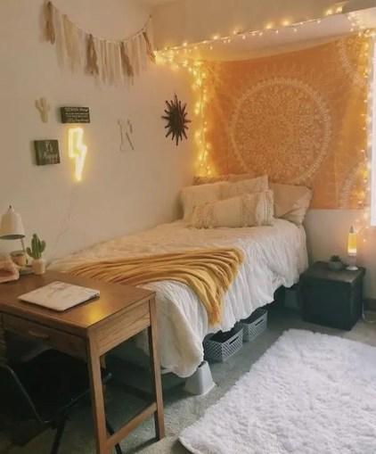 Gelb-floral-tapistry-Schlafzimmer-mit-Lichterketten