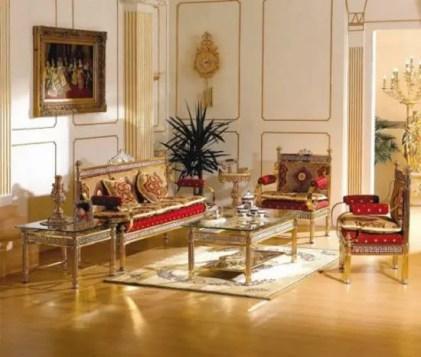 Klassische-Wohnzimmermöbel-mit-goldakzentuierten-Stühlen-und-Mitteltisch