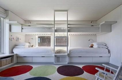 Eklektischer-Teppich-fügt-helle-Farbtupfer-in-einer-raffinierten-Mode-zum-Kinderzimmer-im-Strand-Stil hinzu