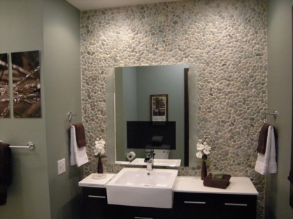 Small-bathroom-remodeling-makeovers-with-natural-stone-walls