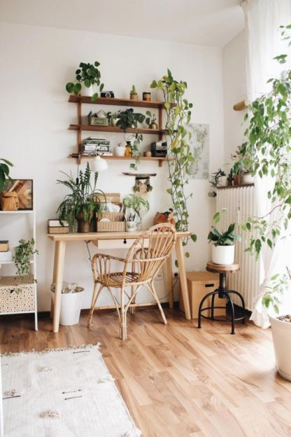 Ein-Boho-Home-Office-in-neutralen-und-mit-viel-Topfgrün-einschließlich-Cimbing-Pflanzen-für-ein-beruhigendes-Gefühl