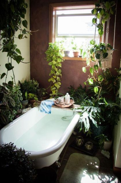 Ein-Zuhause-im-Boho-Stil-mit-viel-Topfgrün-und-Kletterpflanzen-eine-Badewanne-und-Kerzen-ist-cool