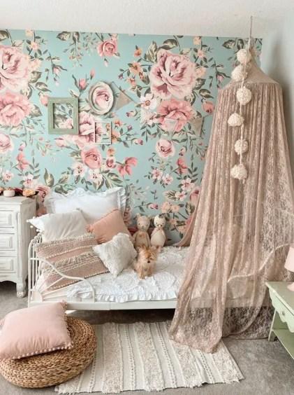 Ein-schönes-und-zartes-Mädchen-Schlafzimmer-mit-einer-blauen-rosa-Blumenwand-ein-Bett-mit-erröteten-Spitze-Baldachin-rosa-Kissen-und-Rahmen
