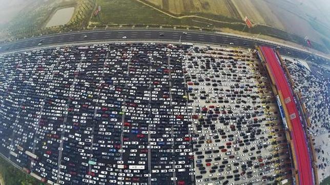 miniTAREA: Atasco en una autopista china. ¿Cuántos coches hay?