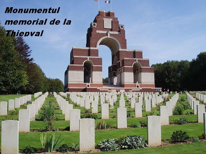 800px-Thiepval_cimetière_derrière_mémorial_1