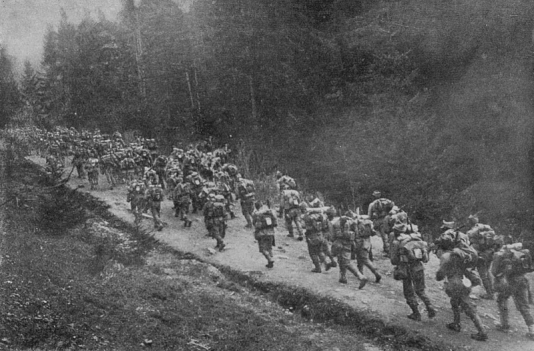 1916-_august_-_Trupe_române_trecând_Carpaţii