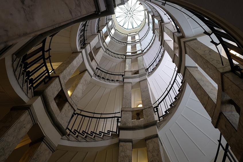 """alt=""""Open house Milano - Palazzo Mezzanotte - Borsa italiana - Scalone interno"""""""