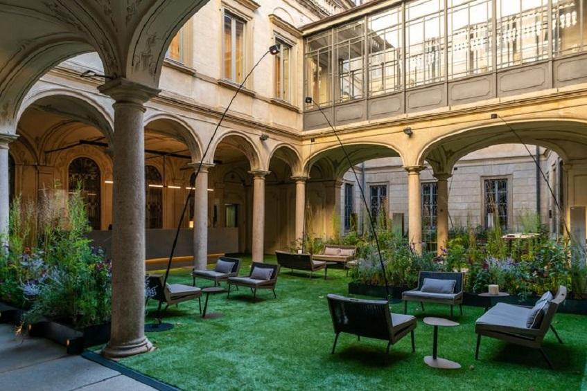 """alt=""""Benessere e ospitalità - Matteo Tthun - Elle Decor - Palazzo Morando - Milano - Interno cortile"""""""