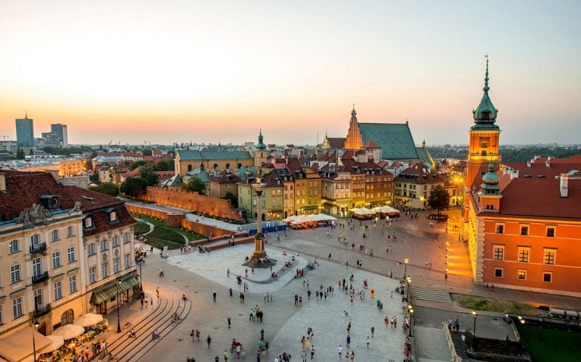 "alt=""Cinque consigli per un weekend a Varsavia - Piazza centro storico"""