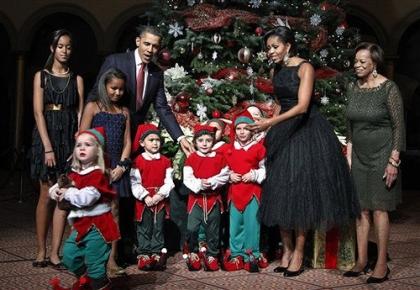 e8d8561b990 ... Obama ei ignoreerinud seda moesuundumust, mis ilmus Washingtoni 2010.  aasta jõulukontserdil Ameerika disainer Norman Norelli 50-ndate aastate  õhtukleit.