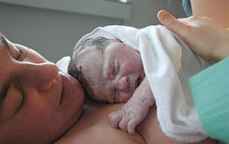 Recien_nacido_mama_wikipedia