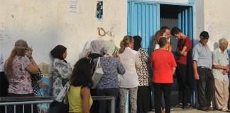 العجائز و كبار السن يغزون مكاتب الإقتراع ( فيديو )