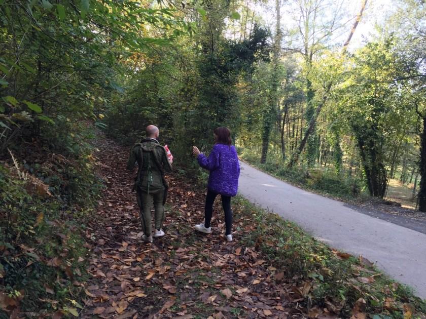 Eloá e o Biel discutindo a vida enquanto caminham para a primeira locação
