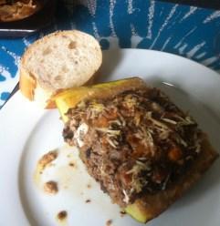 Gefüllte Zuchini mit Hackfleisch, Oliven und Feta auf dem Teller