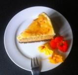 Kürbis-Käsetorte mit Orangen-Rahmcrème auf dem Teller