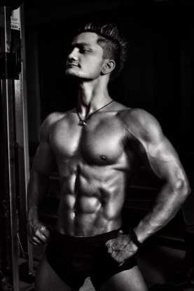 natural bodybuilding man posing