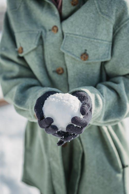 A kid holding a snowball