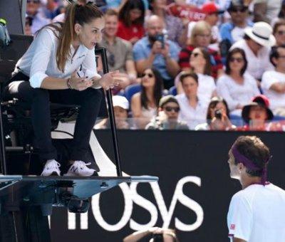 """Tres mil dólares, unos 2.730 euros, ha sido la sanción impuesta por la Federación Internacional de Tenis (FIT) al suizo Roger Federer, tras ser advertido en su partido de cuartos de final del Abierto de Australia contra el estadounidense Tennys Sandgren, por una """"obscenidad audible""""."""