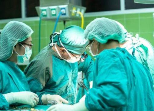 La Senescyt declaró nulo el registro de seis títulos en cirugía plástica y caumatología.
