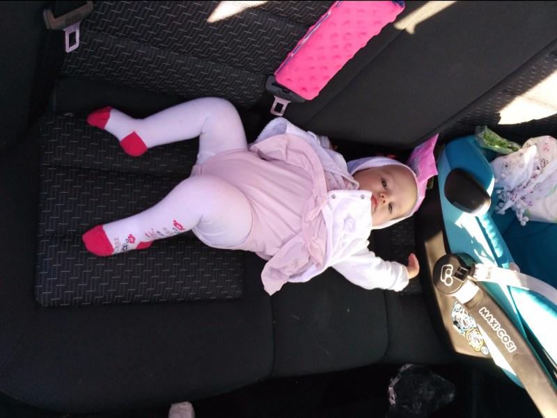 niemowle na tylnej kanapie auta