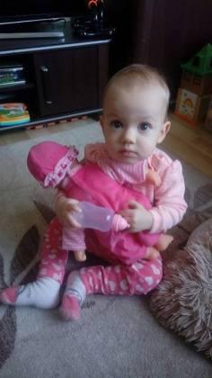 kika z lalką trzyma