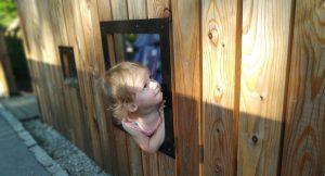 park zeromskiego w krakowie dziewczynka podczas zabawy