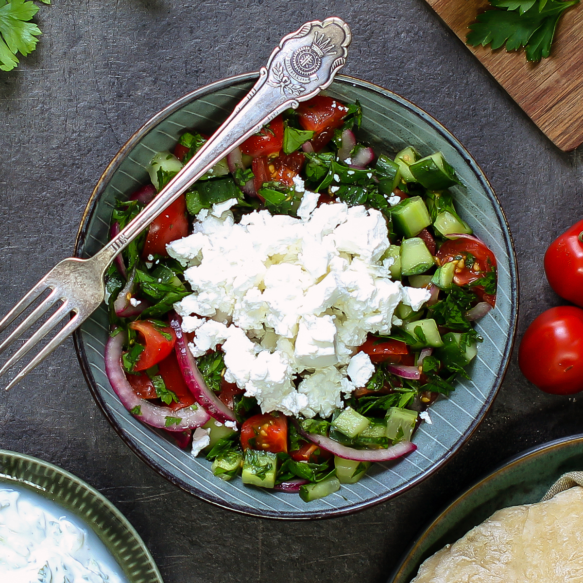 hakket tyrkisk salat med tomat, agurk og fetaost