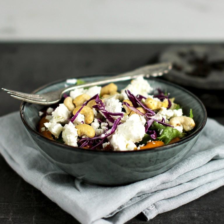 Salat med søtpotethummus, salat og ost