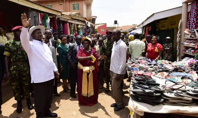 Museveni meeting the vendors.