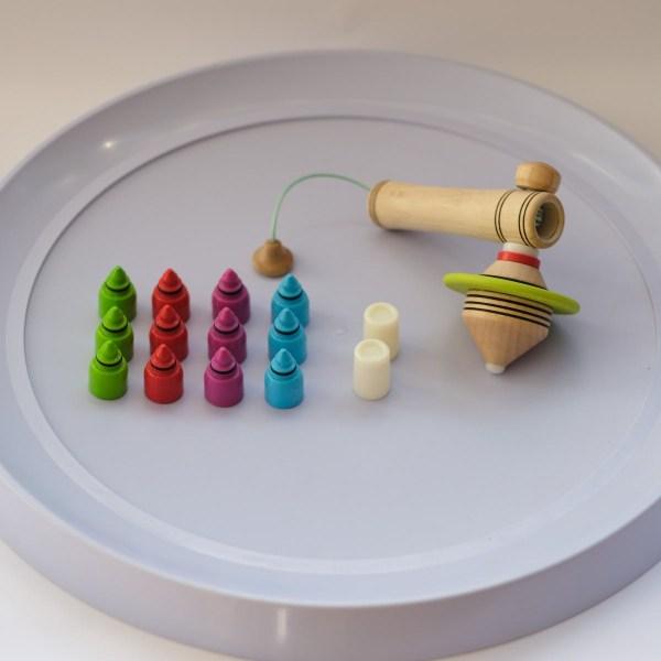 jeu-spin-it-up-inclus-13-toupies-matoupie-jean-pierre-de-siebenthal-artisan-local-faiseur-de-toupies-fabrication-suisse
