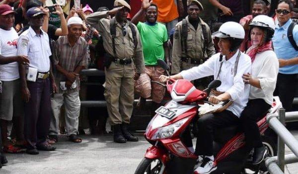 Presiden Jokowi & Iriana Boncengan Naik Motor Listrik di Asmat