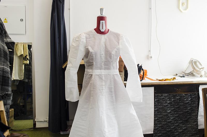 """Croitoria de teatru, între artă şi sacrificiu: rochia din spectacolul """"Dibuk"""" este specială, deoarece pentru fiecare spectacol se croiește una nouă"""