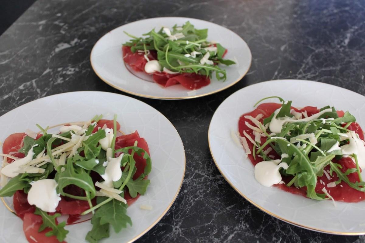Bresaola med tryffelkräm, ruccola och parmesan